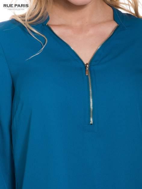Lejąca turkusowa koszula z suwakiem na dekolcie                                  zdj.                                  4