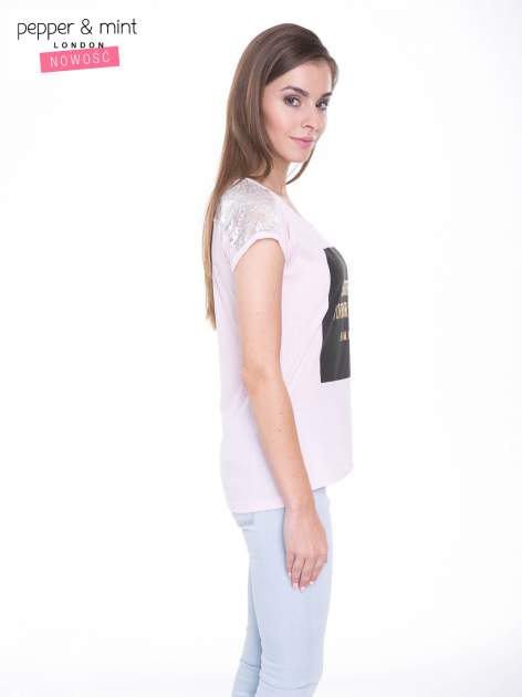 Liliowy t-shirt z zabawnym nadrukiem SHORTEST HORROR STORY 8 AM. MONDAY                                  zdj.                                  3