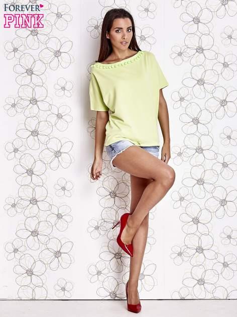 Limonkowy t-shirt z kolorowymi pomponikami przy dekolcie                                  zdj.                                  2