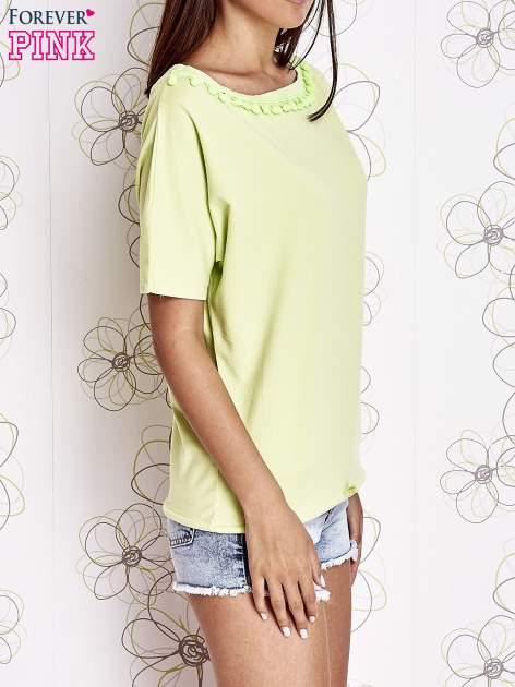 Limonkowy t-shirt z kolorowymi pomponikami przy dekolcie                                  zdj.                                  3