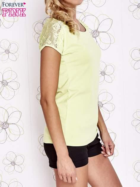 Limonkowy t-shirt z koronkowym wykończeniem rękawów                                  zdj.                                  3