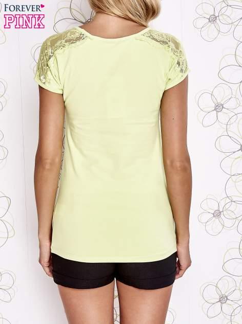 Limonkowy t-shirt z koronkowym wykończeniem rękawów                                  zdj.                                  4