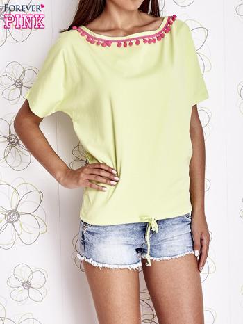 Limonkowy t-shirt z różowymi pomponikami przy dekolcie                                  zdj.                                  1