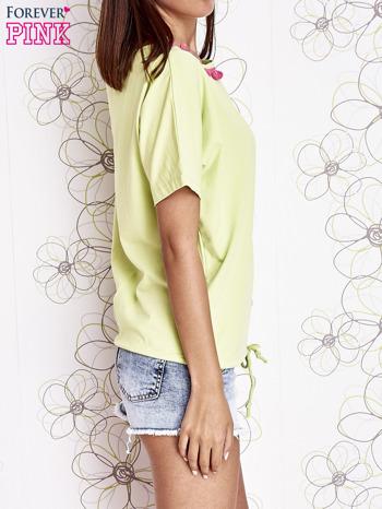 Limonkowy t-shirt z różowymi pomponikami przy dekolcie                                  zdj.                                  3