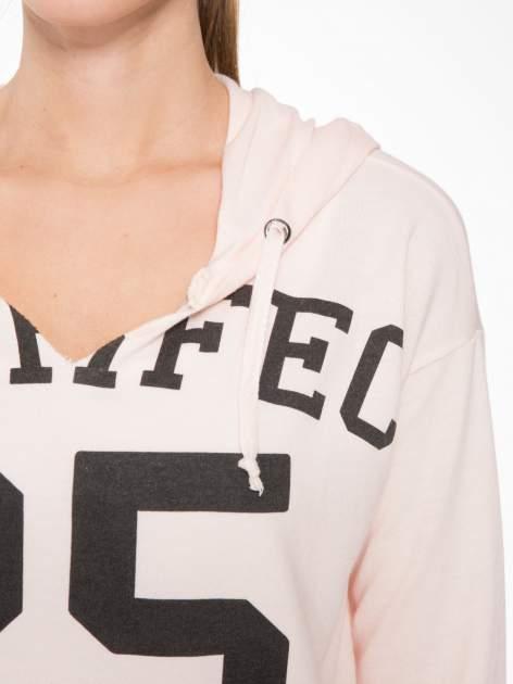 Łososiowa bluza cropped z katurem i nadrukiem numerycznym                                  zdj.                                  5