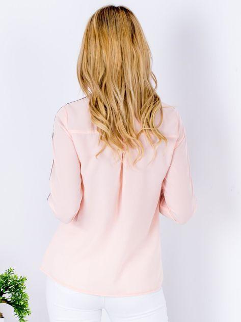 Łososiowa szyfonowa koszula z ciemną lamówką                              zdj.                              2