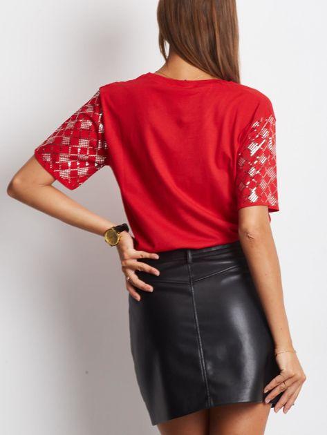 Luźny t-shirt V-neck z błyszczącymi cekinami czerwony                              zdj.                              3
