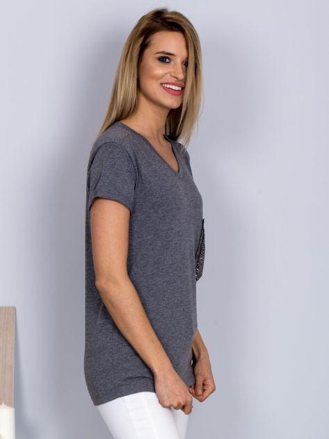 Luźny t-shirt V-neck z kieszenią z cyrkonii grafitowy                                  zdj.                                  3