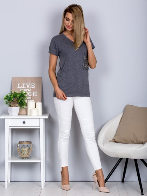 Luźny t-shirt V-neck z kieszenią z cyrkonii grafitowy                                  zdj.                                  4