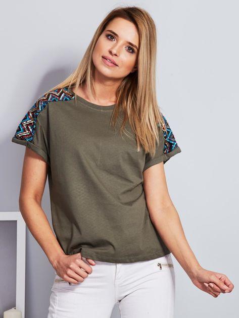 Luźny t-shirt z cekinową aplikacją na rękawach khaki                              zdj.                              1