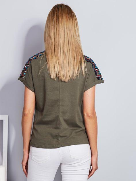 Luźny t-shirt z cekinową aplikacją na rękawach khaki                              zdj.                              2