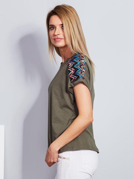 Luźny t-shirt z cekinową aplikacją na rękawach khaki                              zdj.                              3