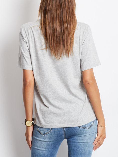 Luźny t-shirt z cekinowymi ustami jasnoszary                                  zdj.                                  2