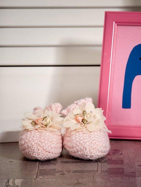 Miękkie buciki dziewczęce z ozdobnymi kwiatami jasnoróżowe                              zdj.                              1