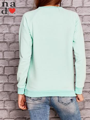 Miętowa bluza z ornamentowym nadrukiem                                  zdj.                                  4