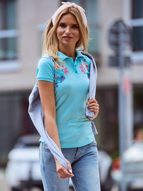 Miętowa koszulka polo z kolorowym kwiatowym printem                              zdj.                              5