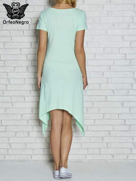 Miętowa sukienka z asymetrycznymi bokami i złotą literą W                                  zdj.                                  4