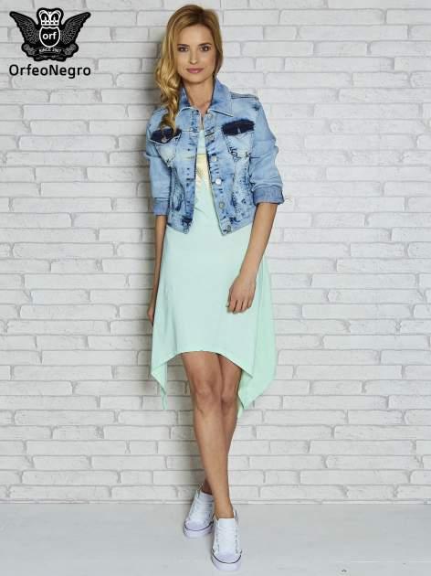 Miętowa sukienka z asymetrycznymi bokami i złotą literą W                                  zdj.                                  2