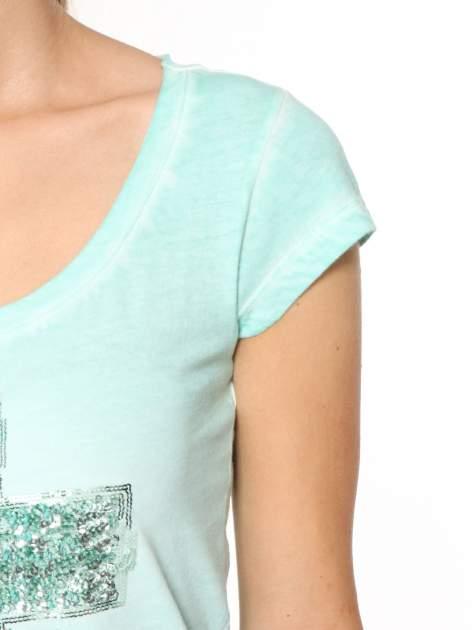 Miętowy t-shirt z cekinowym krzyżem                                  zdj.                                  6