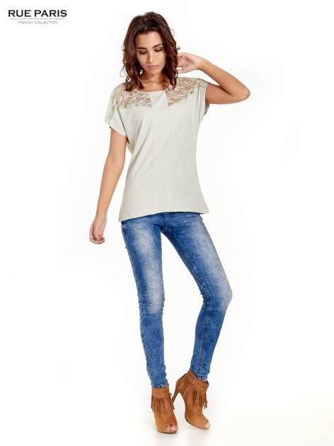 Miętowy t-shirt z koronkową aplikacją na górze                                  zdj.                                  5