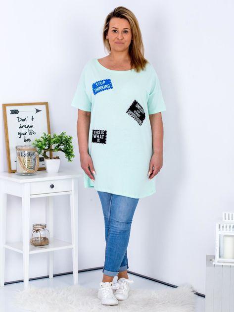 Miętowy t-shirt z nadrukiem naszywek PLUS SIZE                                  zdj.                                  4