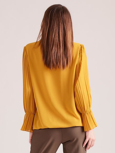 Musztardowa bluzka z plisowanymi rękawami                              zdj.                              2