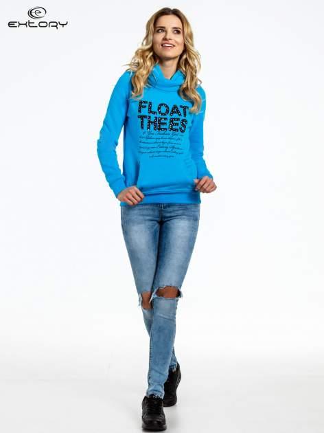 Niebieska bluza sportowa z kapturem i czarnym napisem                                  zdj.                                  2