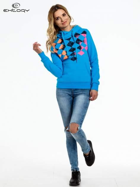 Niebieska bluza sportowa z kapturem i nadrukiem w romby                                  zdj.                                  2
