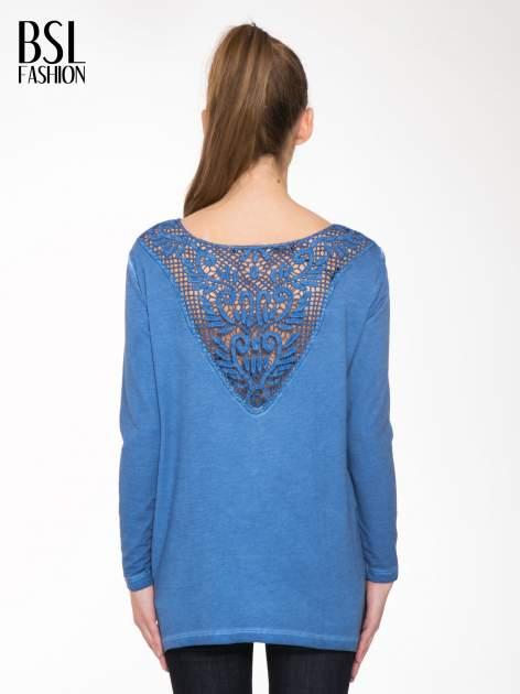 Niebieska bluza z koronkową wstawką na plecach                                  zdj.                                  4