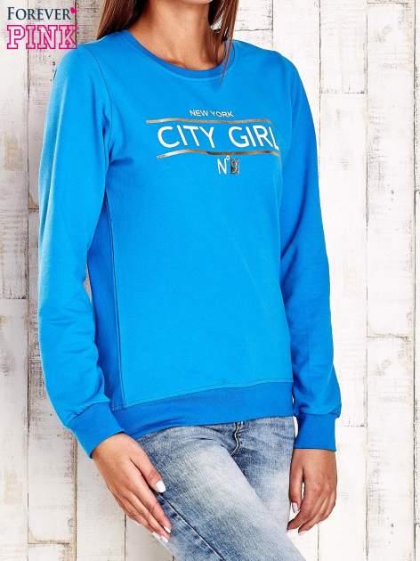 Niebieska bluza z napisem CITY GIRL                                  zdj.                                  3