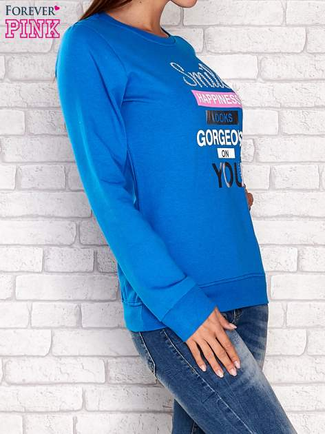 Niebieska bluza z napisem SMILE HAPPINESS LOOKS GORGEOUS ON YOU                                  zdj.                                  3