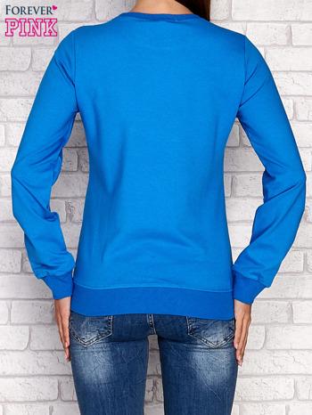 Niebieska bluza z tekstowym nadrukiem                                  zdj.                                  4