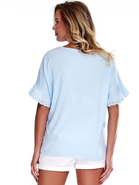 Niebieska bluzka o luźnym kroju z falbankami na rękawach                              zdj.                              2