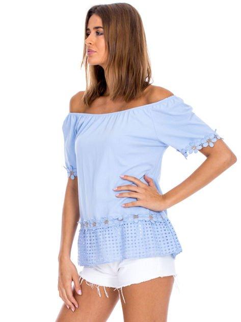 Niebieska bluzka z ażurowym dołem                              zdj.                              3