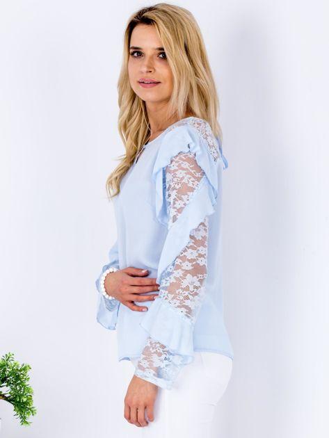 Niebieska bluzka z falbanami i koronkowymi rękawami                                  zdj.                                  5