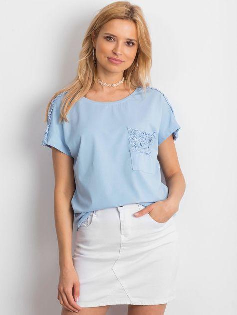 Niebieska bluzka z koronkową kieszonką                              zdj.                              1