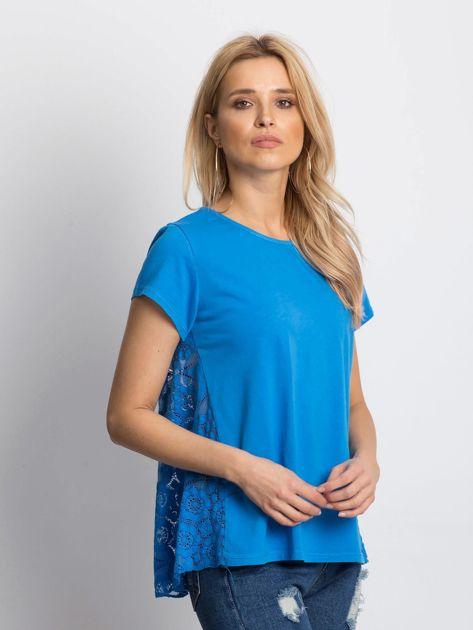 Niebieska bluzka z koronkową wstawką na plecach                              zdj.                              3