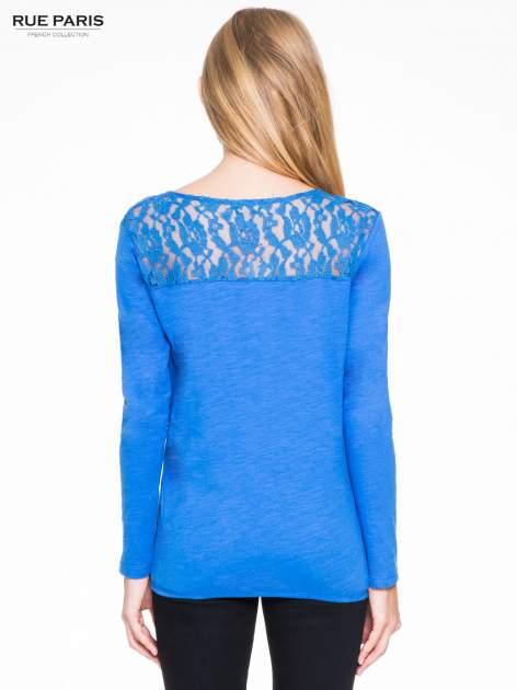 Niebieska bluzka z koronkowym karczkiem                                  zdj.                                  4