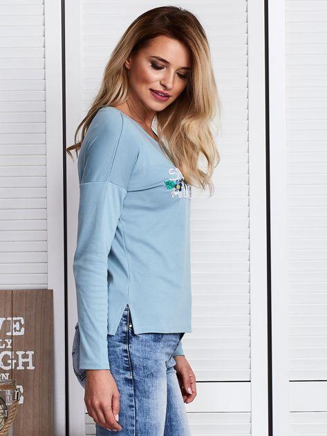 Niebieska bluzka z kwiatowym haftem                              zdj.                              3