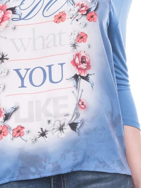 Niebieska bluzka z kwiatowym nadrukiem i rękawami 3/4                                  zdj.                                  6