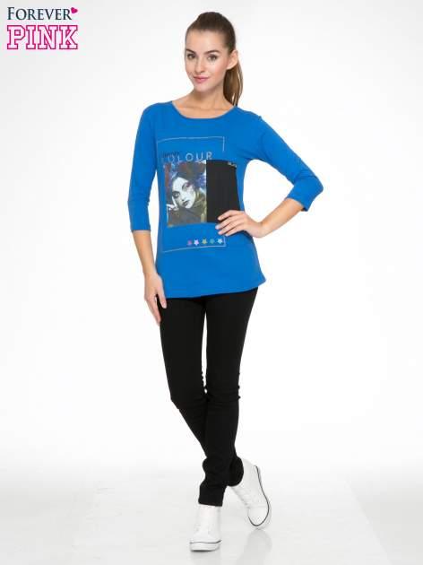 Niebieska bluzka z nadrukiem fashion i napisem MORE COLOUR                                  zdj.                                  2
