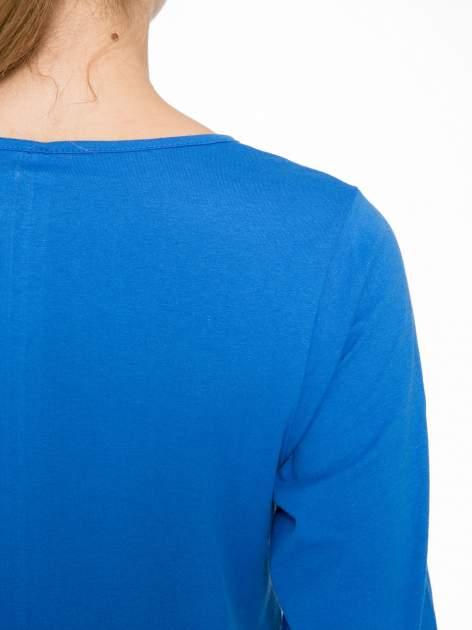 Niebieska bluzka z nadrukiem kobiety i napisem UNIQUE                                  zdj.                                  8