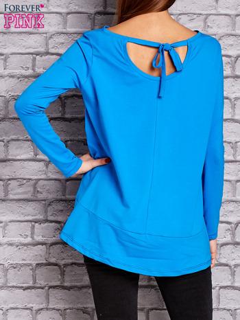 Niebieska bluzka z wiązaniem na plecach                                  zdj.                                  4