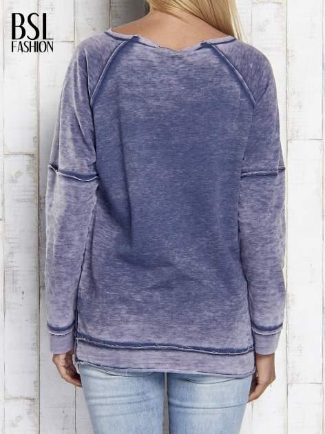 Niebieska dekatyzowana bluza z surowym wykończeniem                                  zdj.                                  5