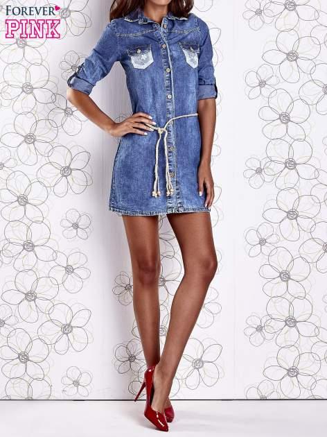 Niebieska dekatyzowana sukienka jeansowa z wiązaniem w pasie                                  zdj.                                  9