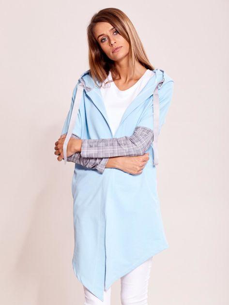 Niebieska dresowa narzutka z wstawkami w kratkę                              zdj.                              1
