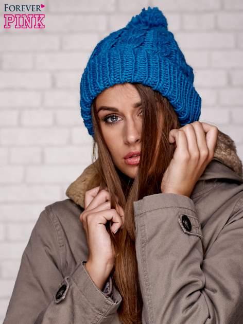 Niebieska dziergana czapka z pomponem