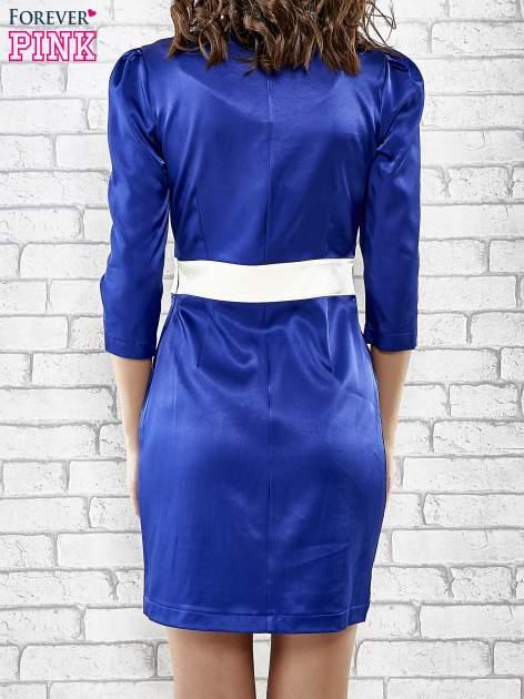 Niebieska elegancka sukienka z satyny z drapowaniem                                  zdj.                                  4