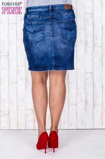 Niebieska jeansowa spódnica mini z przetarciami i kieszeniami PLUS SIZE                                  zdj.                                  3