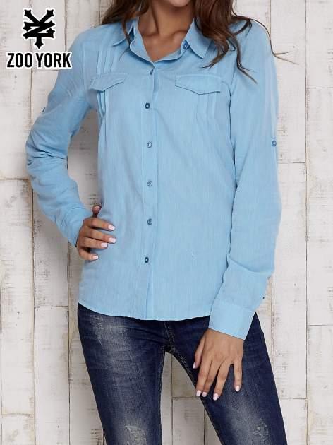 Niebieska koszula a la denim z podwijanymi rękawami                                  zdj.                                  1